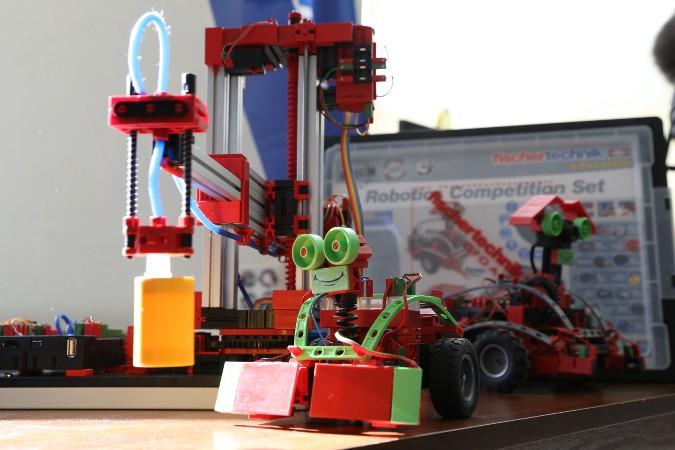 Мини-бот изучает 3D-манипулятор