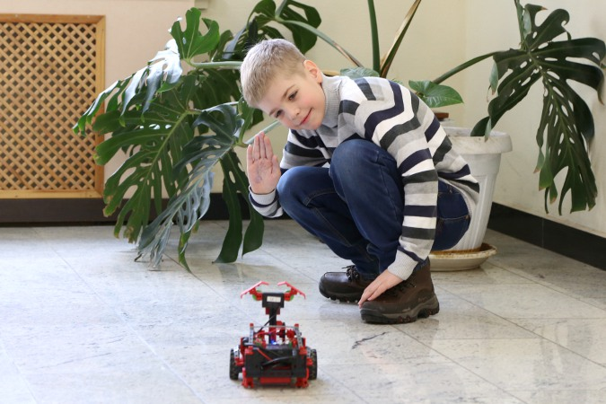 Робот и юный инженер
