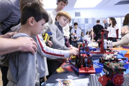 Ребята знакомятся с конструкторами FISCHERTECHNIK на фестивале науки